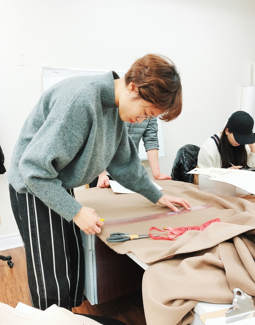 一个学生正在学习服装制作